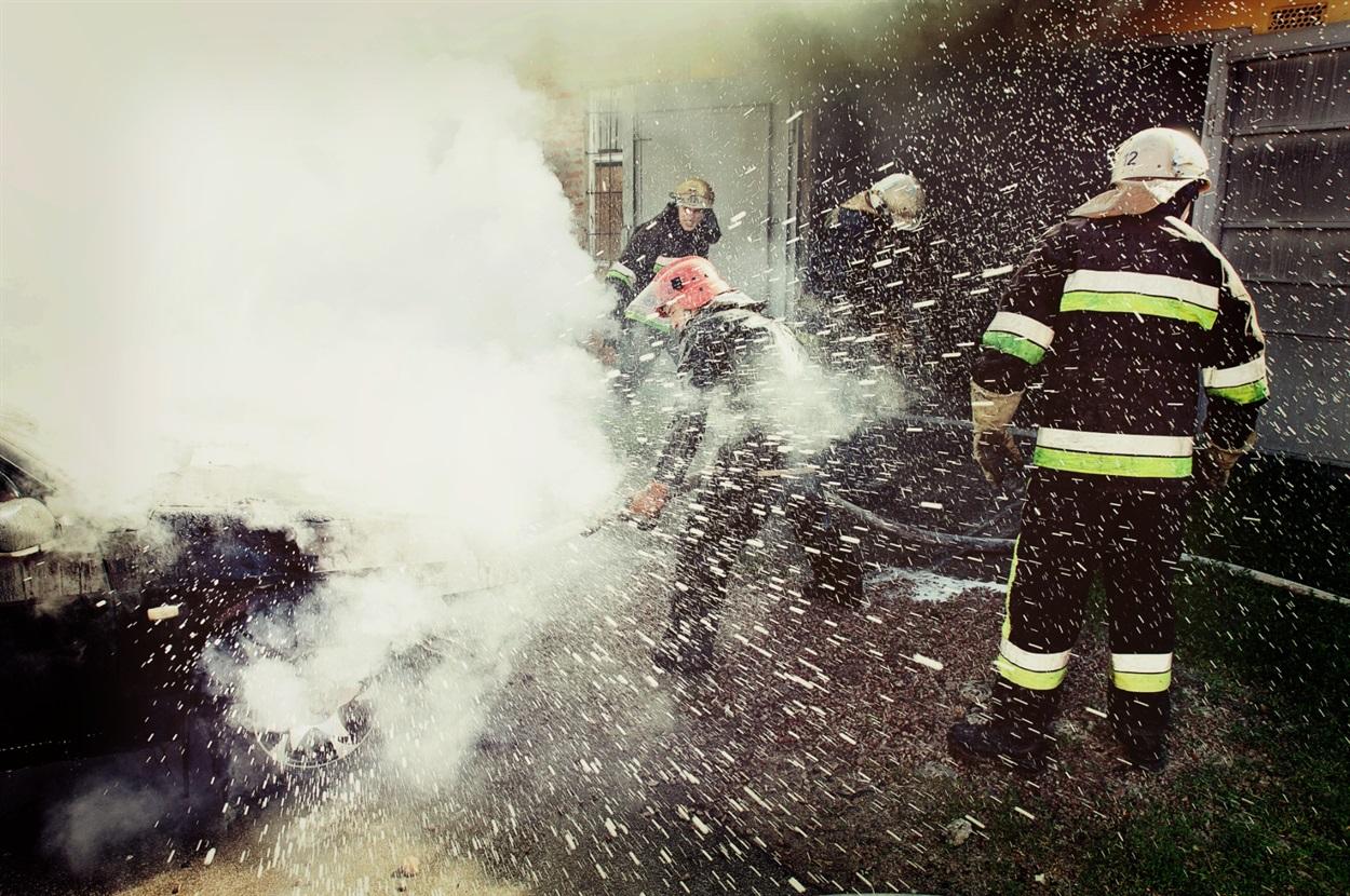 Гасіння палаючого авто